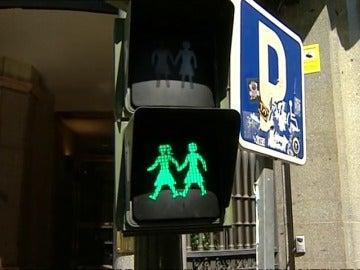 Frame 27.738639 de: Madrid instala los primeros semáforos con parejas LGTB de España