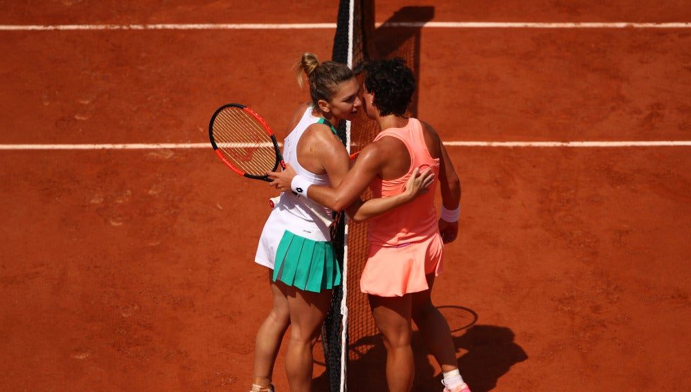 Carla Suárez saluda a Simona Halep tras su derrota