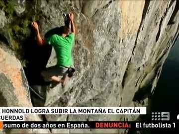 Frame 19.201913 de: Alex Honnold, primer alpinista que logra escalar sin cuerdas la pared de 900 metros de El Capitán