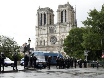 Miembros de la policía acordan las inmediaciones de la catedral de Notre Dame