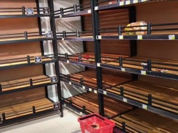 Expatriados y locales hacen acopio de víveres y varios supermercados tienen estanterías vacías