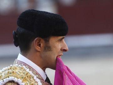 El diestro Alejandro Talavante durante la faena a su segundo toro