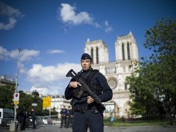 Un policía monta guardia en las inmediaciones de la catedral de Notre Dame de París