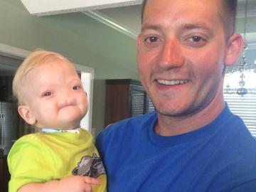 Eli Thompson junto a su padre