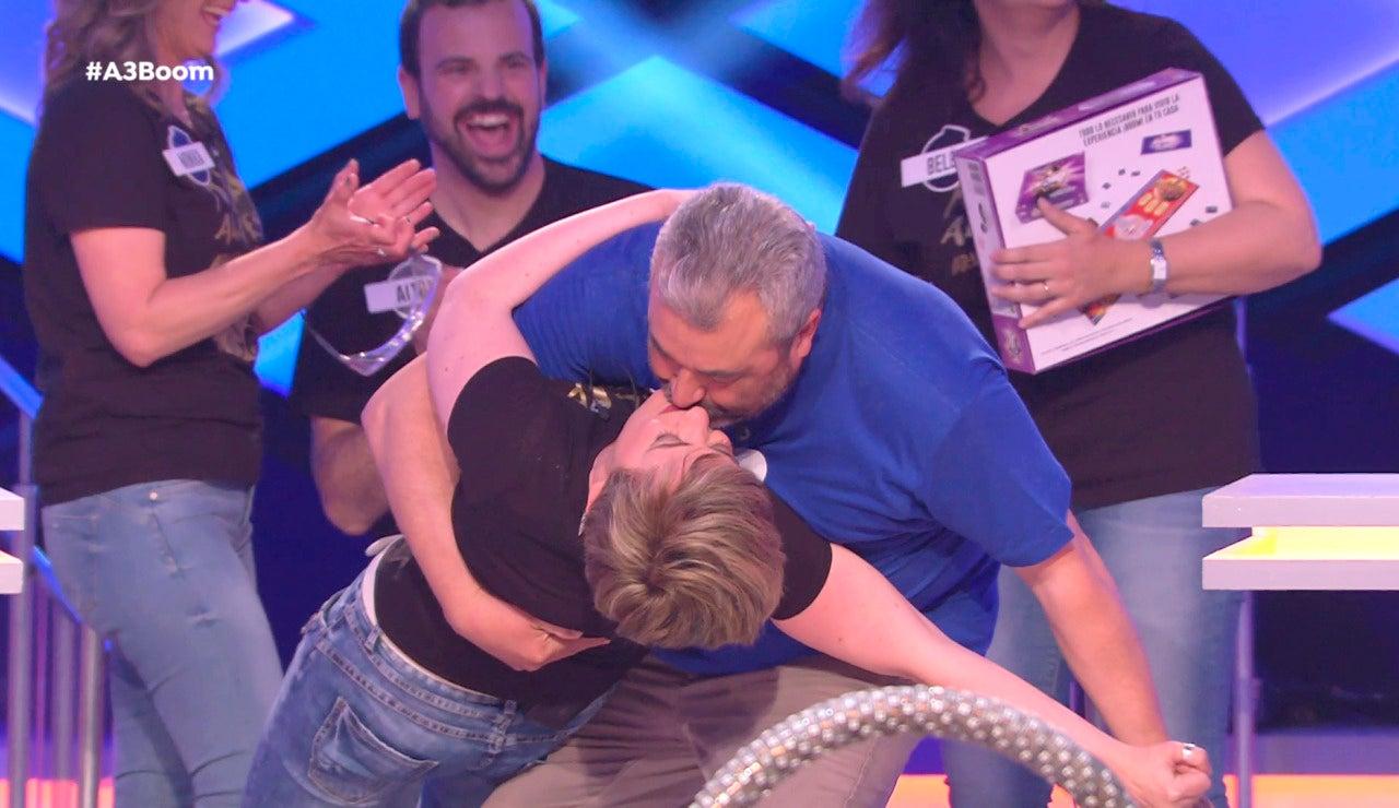 La espectacular despedida, con beso incluido, de dos concursantes de '¡Boom!'
