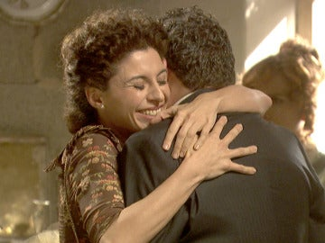 Nazaria y Mauricio se funden en un sentido abrazo