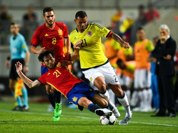 Silva intenta robar el balón en el partido ante Colombia