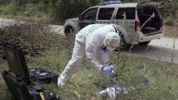 Un forense examina la camiseta de Asunta.