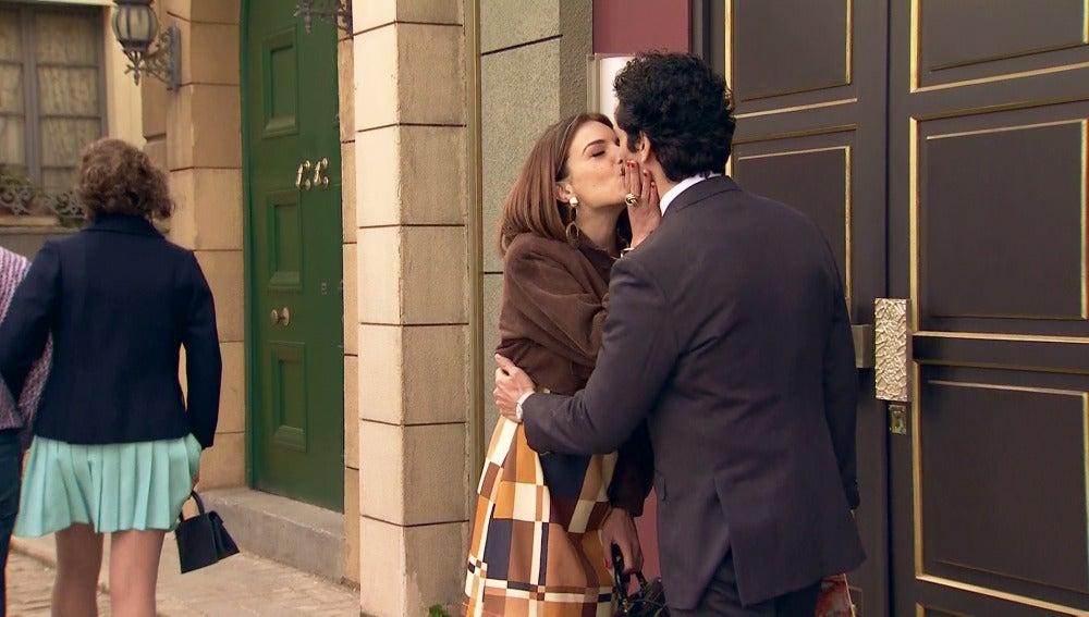 Un beso que sella la paz entre María y Martín