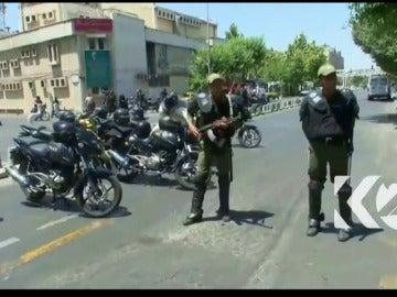 Frame 10.772072 de: Al menos ocho muertos en el ataque de hombres armados al Parlamento de Irán, asumido por Daesh