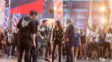 Manolo, Pilar y Arturo en la apertura del programa junto a los concursantes