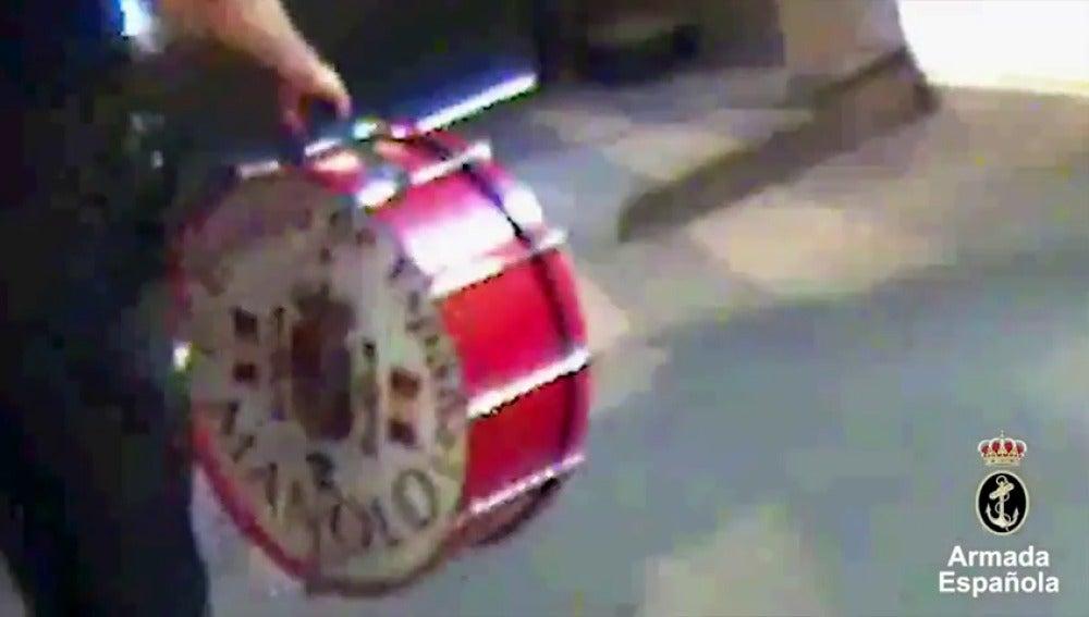 Frame 23.76853 de: VÍDEO: Así recuperó Manolo el del Bombo su bombo gracias a la Armada Española