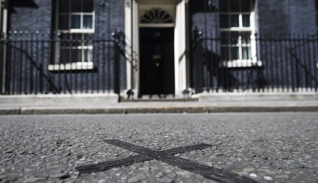Vista de la marca junto a la puerta principal de la casa del primer ministro británico en el número 10 de Downing Street