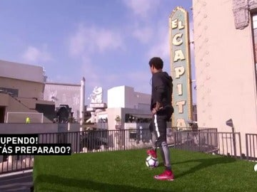 Frame 15.031578 de: El reto más difícil de Neymar: ¿conseguirá marcar desde una azotea y cruzando Hollywood Boulevard de lado a lado?