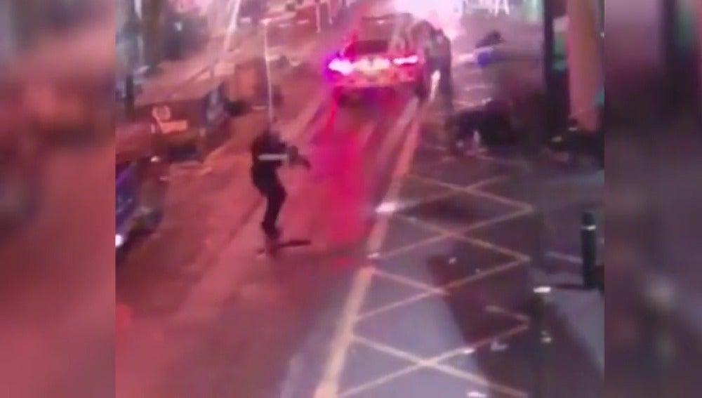 El momento en el que la Policía abate a tiros a los terroristas de Londres