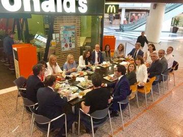 El PP  de Madrid comiendo en un restaurante de comida rápida