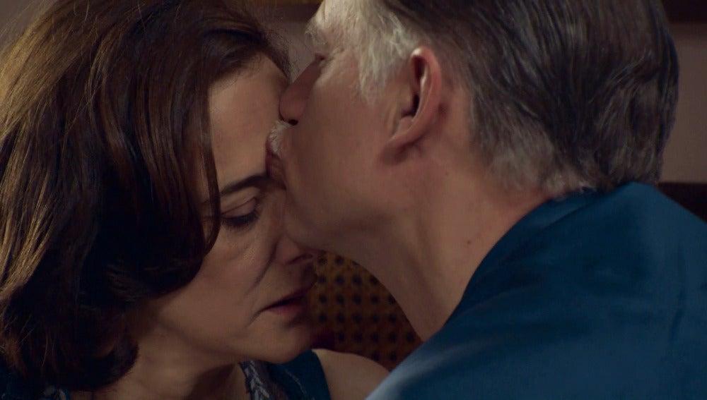 Félix se detiene ante un momento íntimo con Rosalía