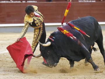 El diestro Pérez Mota en su faena a su segundo toro, durante el vigésimo octavo festejo de la Feria de San Isidro