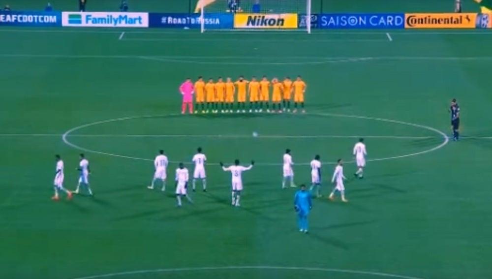 Los jugadores de Arabia Saudí, en el minuto de silencio en Australia