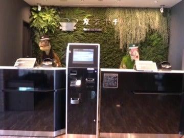 Frame 0.0 de: Varios trabajadores-robot conviven ya con los humanos en algunos negocios de Japón