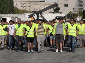 Un grupo de estibadores a su llegada al puerto de Vigo