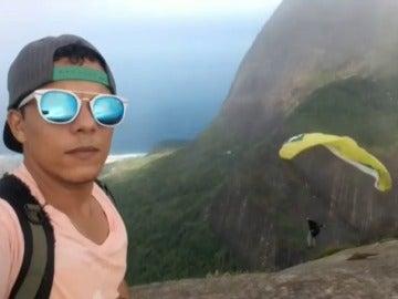 Un joven resulta herido de gravedad tras saltar y perder el control de su parapente en el icónico morro de Río de Janeiro