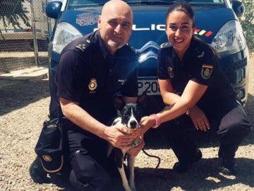 Los dos agentes que han rescatado al perro