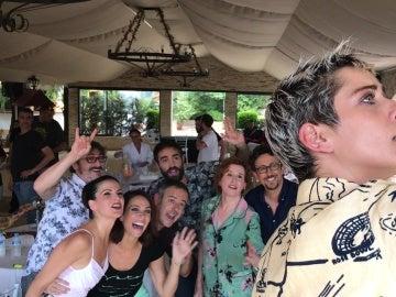 Los actores de 'Allí Abajo' celebran la cuarta temporada de la serie