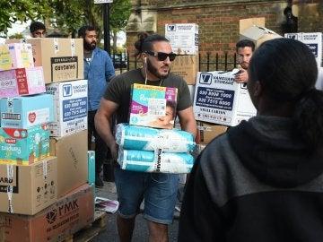 Voluntarios reúnen donaciones para las víctimas del incendio de la Torre Grenfell