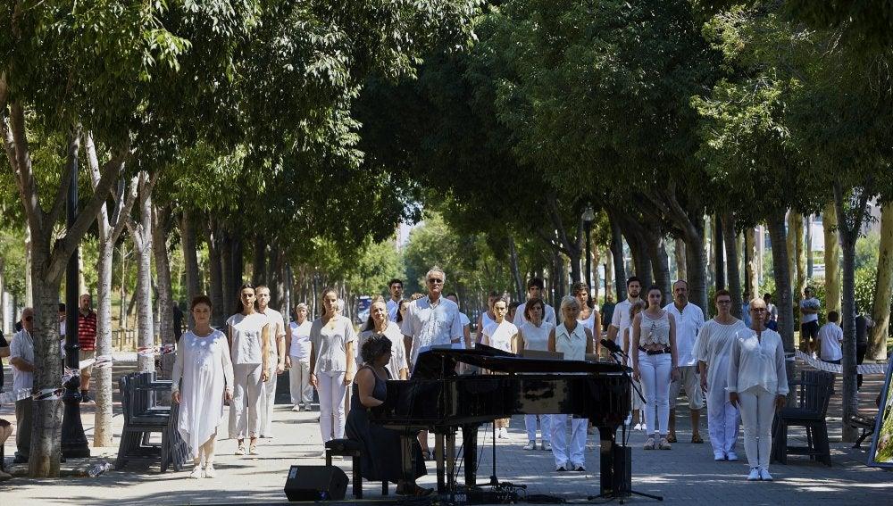 Momento del acto de recuerdo y reconocimiento del Ayuntamiento de Barcelona a las víctimas del atentado de Hipercor