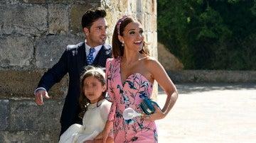 David Bustamante y Paula Echevarría, muy sonrientes con su hija