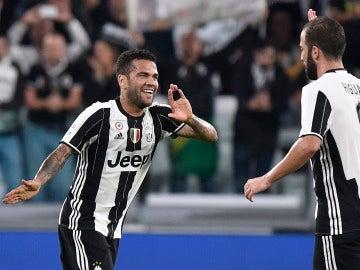 Higuaín y Alves celebran un gol con la Juventus