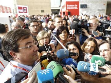 El presidente de Extremadura, Guillermo Fernández Vara, que será presidente del Consejo de Política Federal, atiende a los medios a su llegada al 39 Congreso Federal del partido.