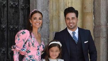 Paula Echevarría y David Bustamante en la puerta de la iglesia con su hija