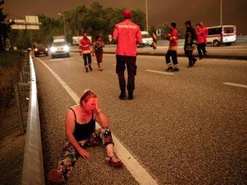 Bomberos ayudando a las víctimas del incendio