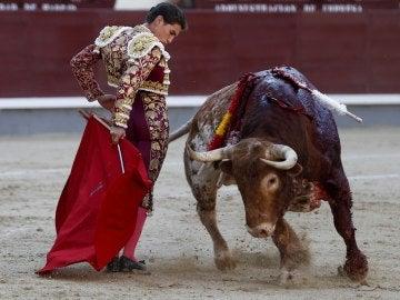 El diestro Ginés Marín en la faena a su primer toro durante la corrida de la Cultura