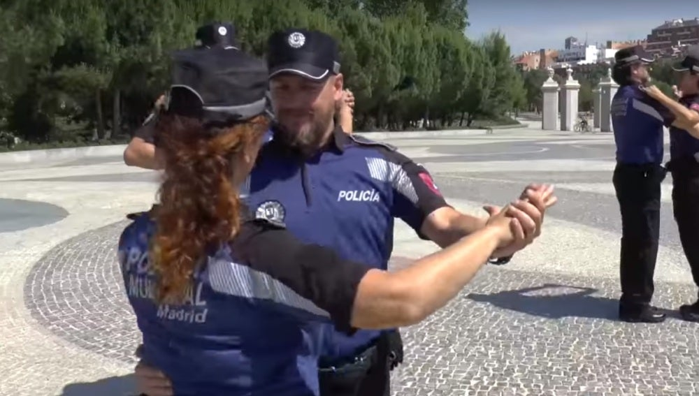Los agentes de Policía Municipal de Madrid bailando