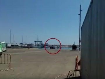 Un mecánico tira el coche de un cliente al mar