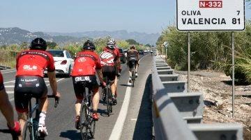 Grupo de ciclistas en Oliva