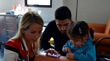 Luis Suárez, con una niña enferma de cáncer