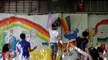 Participantes de una marcha LGTB en Estambul