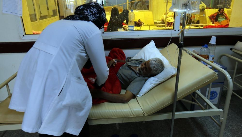 Yemenitas infectados por el cólera reciben tratamiento en un hospital