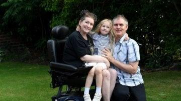 Lucinda Allen junto a su marido y su hija