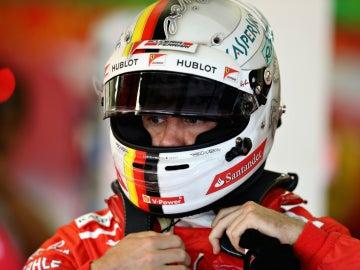 Sebastian Vettel, tras su casco