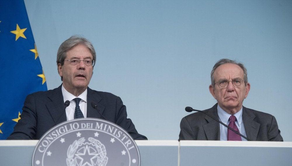 El primer ministro italiano, Paolo Gentiloni, con el ministro de Economía y Finanzas, Pier Carlo Padoan