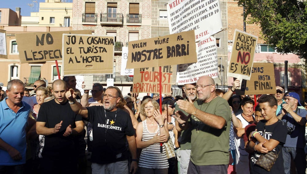 Vecinos de la Barceloneta en una manifestación contra los pisos turísticos