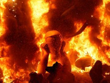 La hoguera oficial del Ayuntamiento de Alicante durante la 'nit de la cremà'