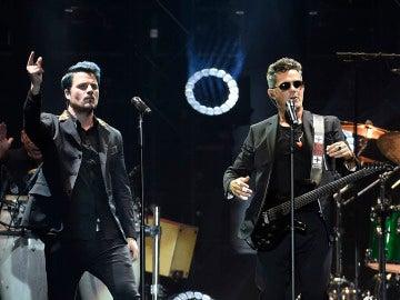 Dani Martín y Alejandro Sanz durante el concierto 'Mas es más'