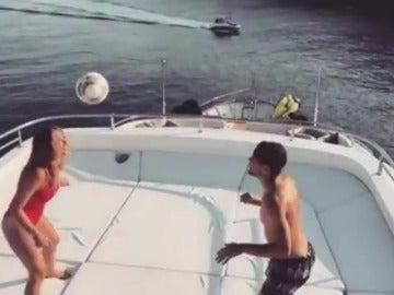 La mujer de Kovacic, Izabel Andrijanic, reta a su marido con el balón en plena luna de miel