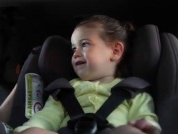 Los niños deben ir protegidos en el coche